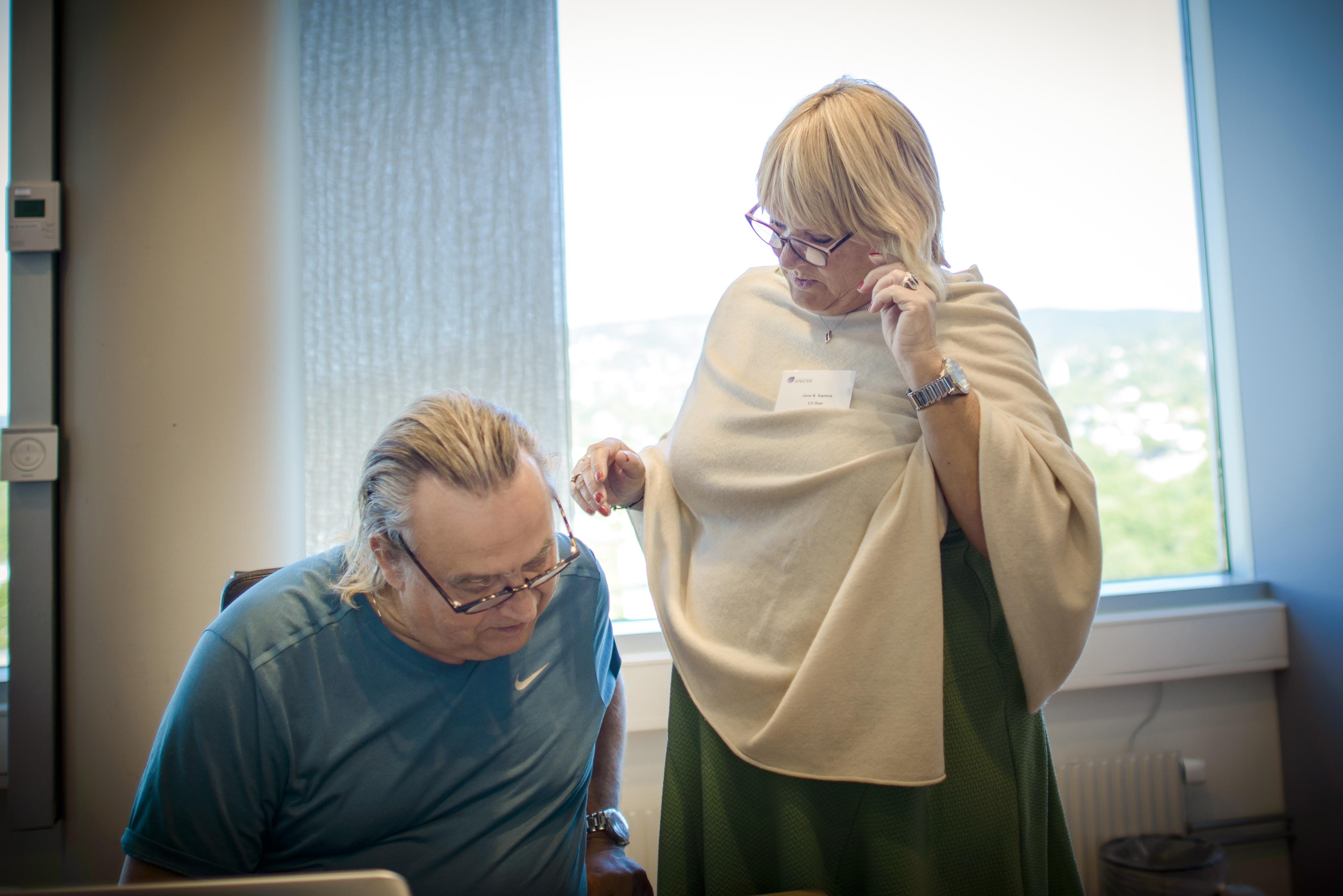 DISKUTERER: Forbundsleder Jane Brekkhus Sæthre diskuterer med Rolf Ringdal, forbundsleder i Norsk Lokomotivmannsforbund (NLF), under forhandlingene.